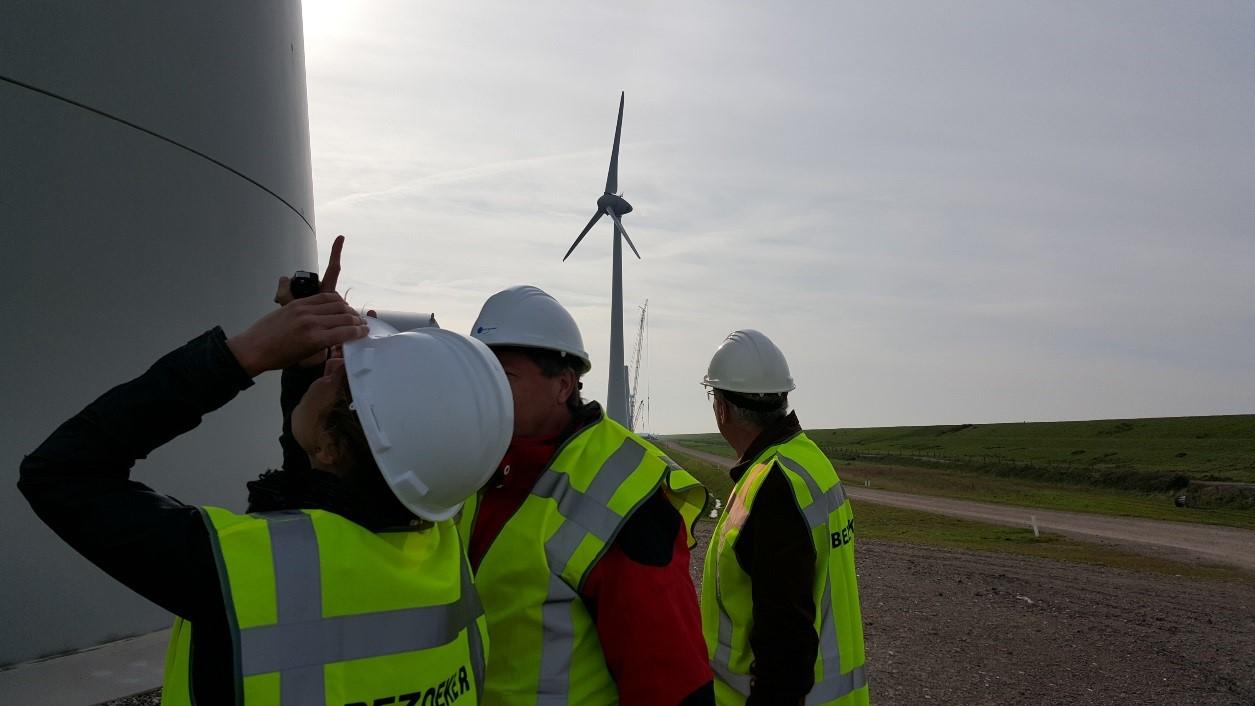 Medewerkers van de Ministeries van IenM/Rijkswaterstaat en Economische zaken krijgen rondleiding door windpark NOP Agrowind