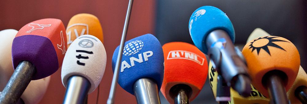 Nederland, Lelystad, 17-06-2013 Microfoons in de rechtszaal in Lelystad waar een uitspraak in de zaak Nieuwenhuizen plaatsvind, de grensrechter die tijdens een voetbalwedstrijd door meerdere jeugdspelers werd doodgeschopt. Foto Marco Okhuizen