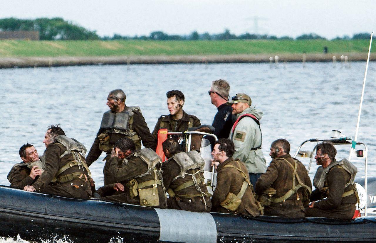 Ingesmeerd met koekjes: Harry Styles (van One Direction, midden) met collega-acteurs op weg naar Urks Dunkirk-set. Foto XPOSUREPHOTOS.COM/ HH