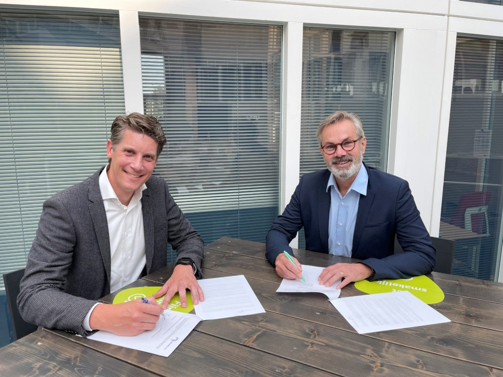Hans Rijntalder (Pondera, right) and Koen Burgers (SolarDuck, left) sign memorandum